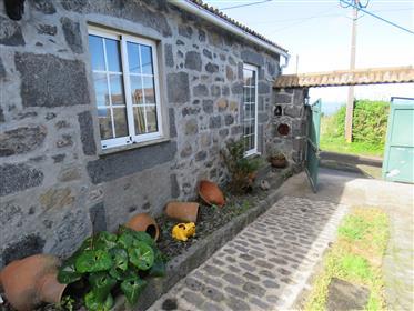 Bela casa de pedra açoriana tradicional