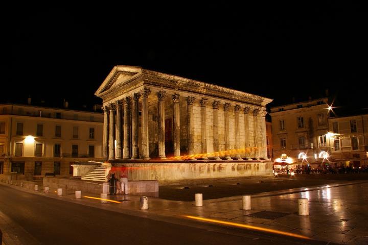 Place de la maison carré à Nîmes, France
